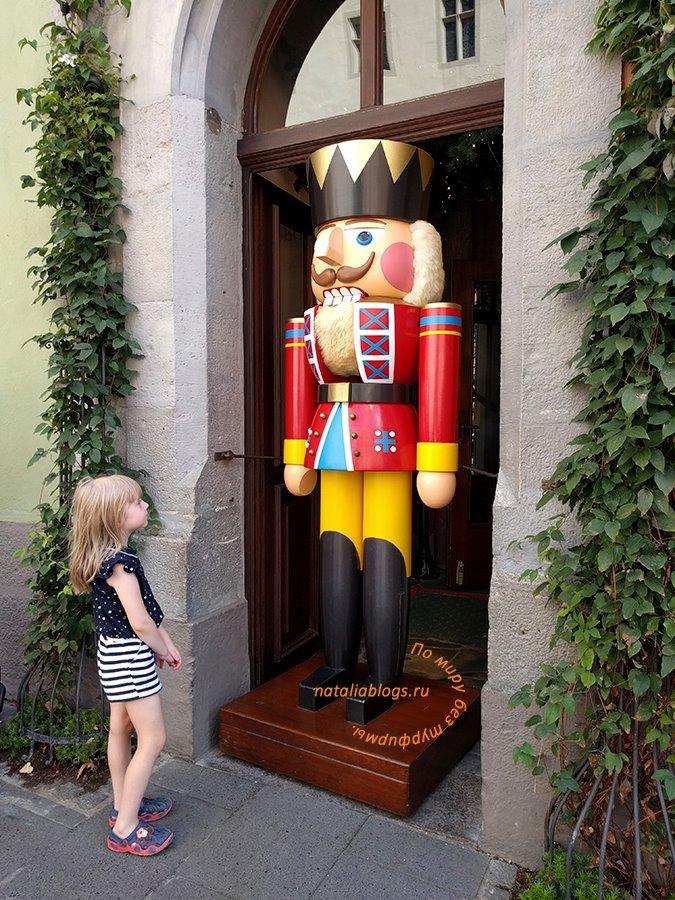 Ротенбург - музей Рождества. Трехметровый Щелкунчик у входа
